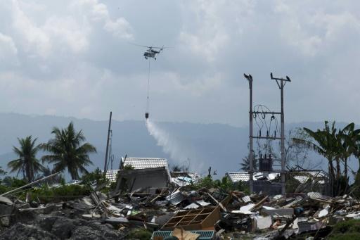 Indonésie: des hélicoptères désinfectent les zones touchées par le séisme