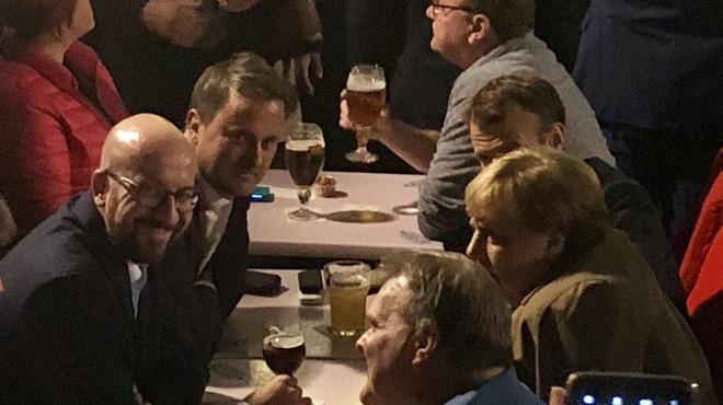 Quand à côté de vous à minuit sur la Grand Place de Bruxelles, Macron, Merkel, Bettel et Michel boivent une bière en parlant Brexit