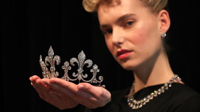 Juste avant d'être guillotinée en France, Marie-Antoinette avait envoyé ses fabuleux bijoux à Bruxelles: ils sont dévoilés à Londres (photos)