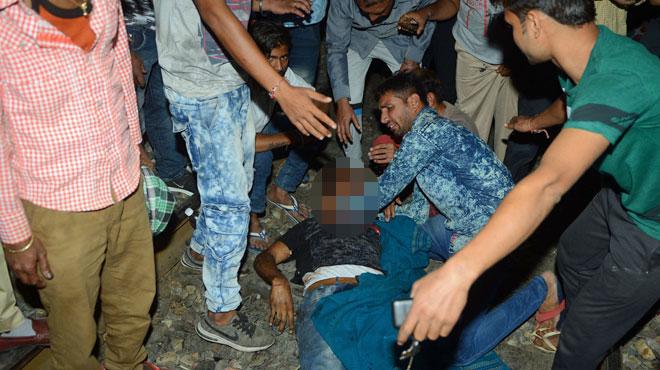 Tragédie en Inde: un train percute une foule et tue une soixantaine de personnes