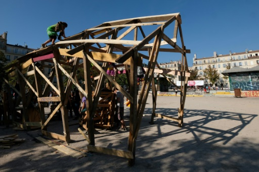 Contre la rénovation d'une place, des Marseillais érigent une cabane venue de Notre-Dame-des-Landes