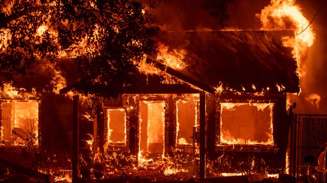 Incendies en Californie: cinq personnes meurent brûlées dans leur véhicule alors qu'elles tentaient de fuir les flammes