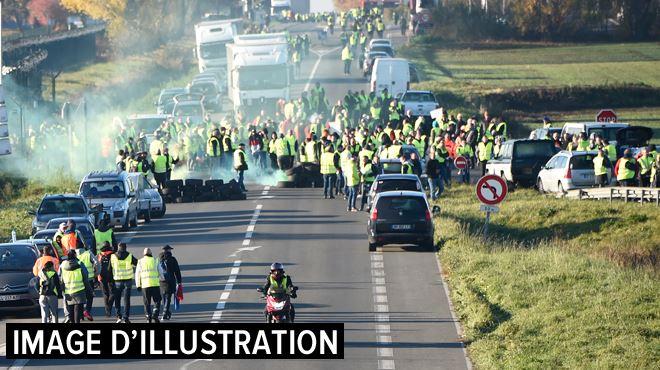Gilets jaunes en France- une femme tuée par une voiture à un barrage, plusieurs blessés dans les manifestations 1