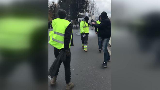 Des policiers cassent le barrage de Feluy- Ils sont arrivés en ligne et ont commencé à foncer sur les gens (vidéo) 1