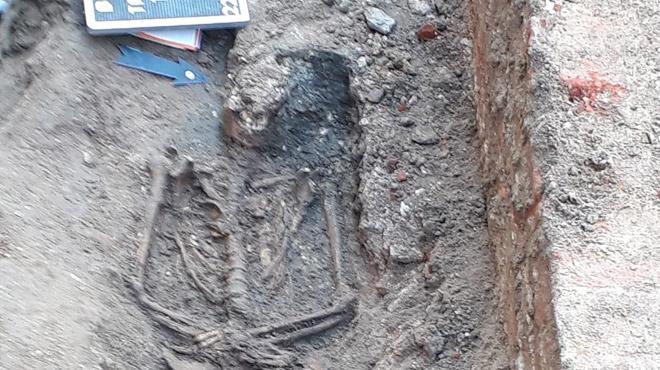Bruxelles: des tombes de moines dominicains découvertes lors de travaux derrière la Monnaie