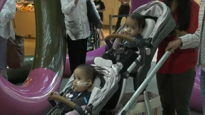 Nées siamoises, ces deux petites filles quittent l'hôpital:
