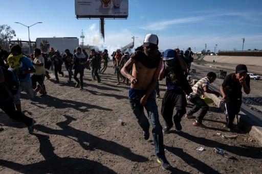 Des centaines de migrants à la frontière avec les USA — Tijuana