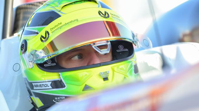 Mick Schumacher grimpe en Formule 2