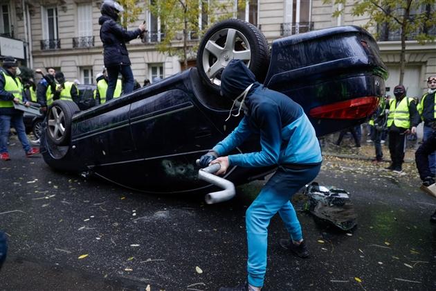 Un Gilet Jaune Est Dans Le Coma A Paris La Grille Qu Il Venait De