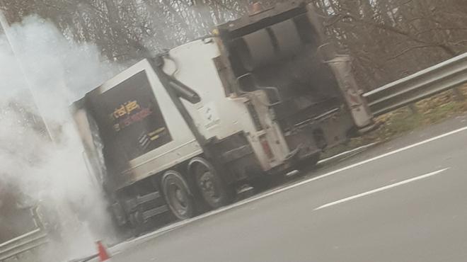 Un camion prend feu sur l'E19 à hauteur de Houdeng: deux bandes de circulation libérées