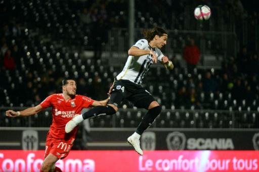 Ligue 1: la moitié des matches reportée, en pleine crise des