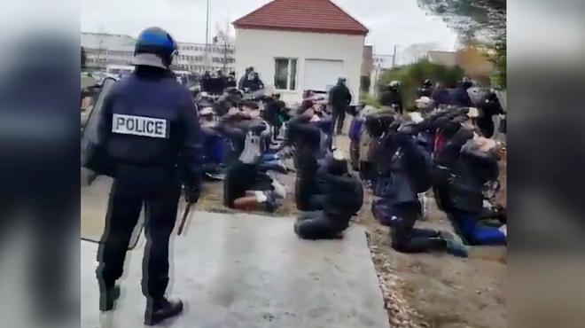 Arrestation polémique en France: environ 150 lycéens agenouillés les mains sur la tête