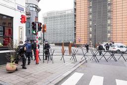 Une centaine de gilets jaunes face à la police pour accéder au rond point Schuman bouclé