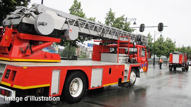 Les pompiers se hissent sur le toit d'un immeuble en feu à Schaerbeek pour maîtriser l'incendie: un blessé