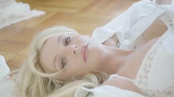 Britney Spears sort la dentelle dans une publicité très SENSUELLE (vidéo)