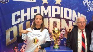 La Belge Charline Vanhoenacker porte le t-shirt PARFAIT à côté de la Coupe du Monde (photo) 3