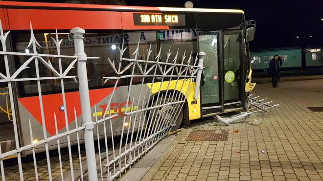 Impressionnant accident à la gare de Saint-Ghislain: un bus TEC fonce sur une barrière en fer (photo)