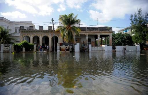 La mer déchaînée face à La Havane, plusieurs quartiers inondés