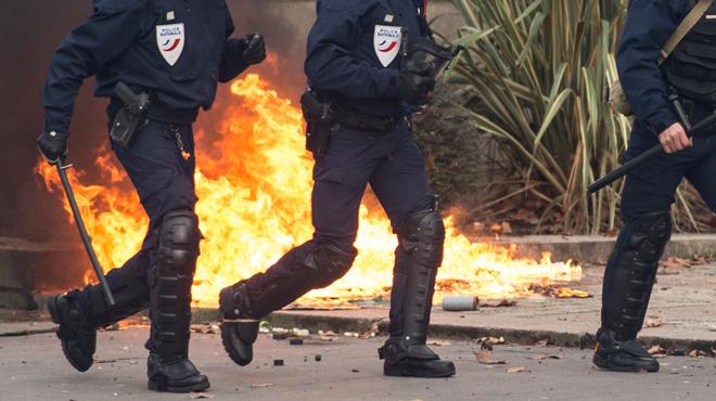 Une manifestation de gilets jaunes dégénère à Nantes: des tirs de mortiers et des jets de projectiles vers les forces de l'ordre