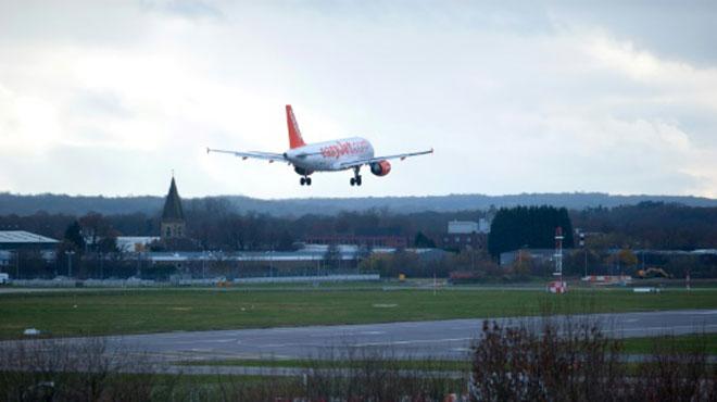 Des drones non identifiés paralysent le trafic d'un aéroport londonien: est-ce possible en Belgique?