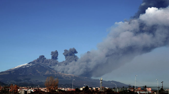 L'Etna est entré en éruption en Sicile: séismes et colonne de cendres