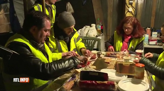 Ces gilets jaunes fêtent Noël sur un rond-point en France: