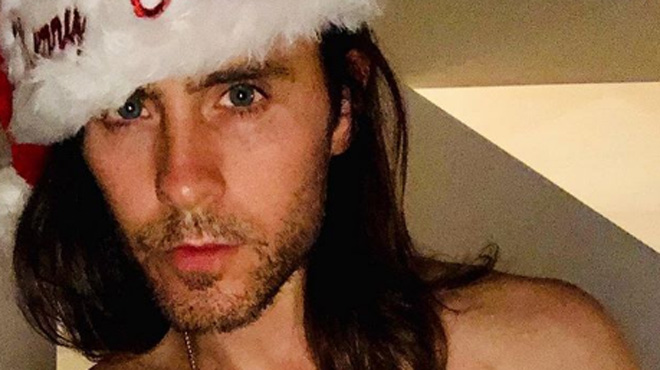Torse nu, bonnet de Noël sur la tête, Jared Leto remercie ses fans (photo)