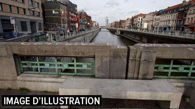 Molenbeek: un homme tombe dans le canal, ses jours sont en danger