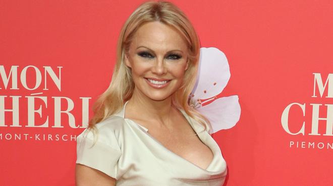 Pamela Anderson plonge dans ses souvenirs et partage un cliché sexy d'