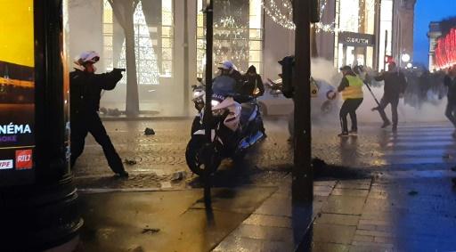 Violences contre des policiers à moto à Paris: interpellation d'un des agresseurs