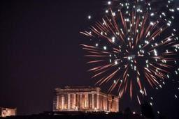 Athènes accueille 2019 avec un feu d'artifice et l'espoir d'une meilleure année