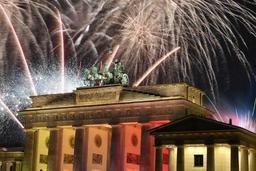 Berlin célébre l'an neuf avec la plus grande fête du pays à la Porte de Bandebourg