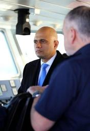 Le ministre britannique de l'Intérieur critique les migrants qui traversent la Manche