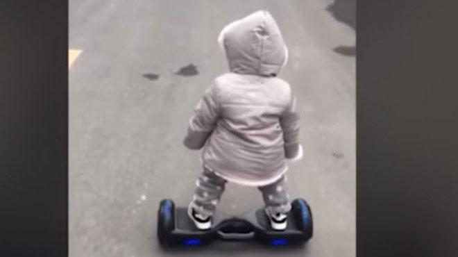 À 14 mois, elle circule sur un hoverboard comme une pro (vidéo)