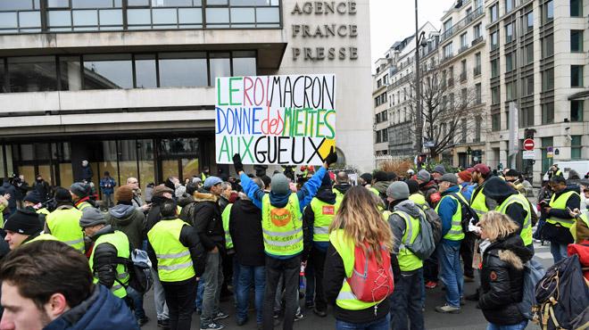 Des gilets jaunes manifestent devant le siège de l'Agence France Presse à Paris