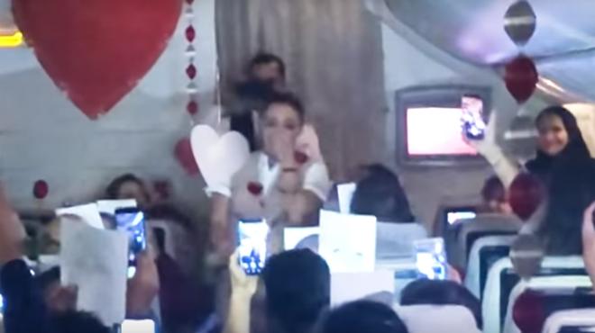 NORME surprise pour cette hôtesse de l'air son petit ami la demande en mariage grâce à l'aide de TOUTES les personnes présentes dans l'avion