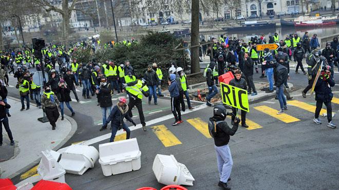 Un cinéaste blessé à Paris par une balle de défense tirée par la police: