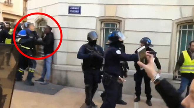 Policier frappant des manifestants: