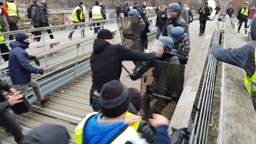Agression de gendarmes: le succès de la cagnotte de soutien à l'ex-boxeur suscite des critiques