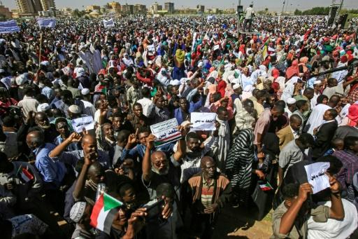 Soudan: les pro-Béchir dans la rue, lacrymogène contre les antigouvernementaux