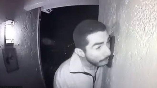 Une caméra de surveillance filme un homme en train de lécher une sonnette pendant trois heures en Californie (vidéo)