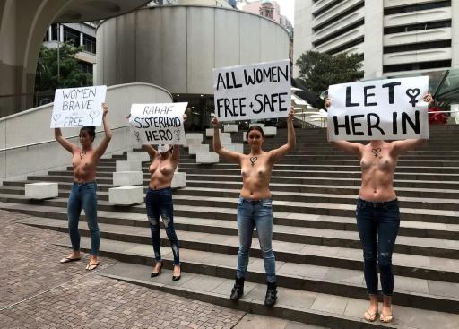 Saoudienne menacée d'expulsion par la Thaïlande: manifestantes seins nus en Australie