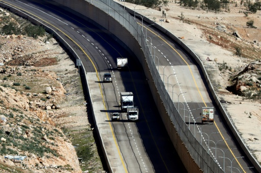Près de Jérusalem, Israéliens et Palestiniens roulent séparés par un mur