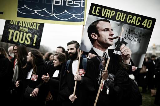 Avocats et magistrats défilent par milliers à Paris pour une