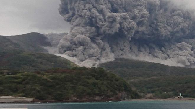 Un volcan entre en éruption au Japon: une ÉNORME colonne de cendres se fond dans les nuages