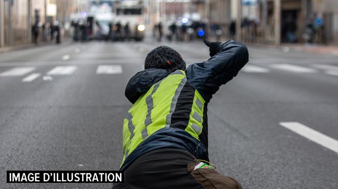 Un autre gilet jaune belge condamné par la justice pour avoir jeté des pavés et détruit des feux à Bruxelles