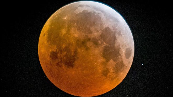 Vos photos de l'éclipse totale de lune visible en Belgique ce matin: