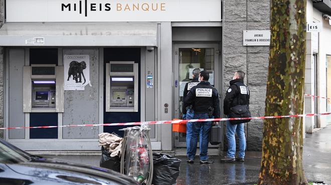 Une banque braquée près des Champs-Elysées à Paris: plusieurs personnes séquestrées, les suspects en fuite