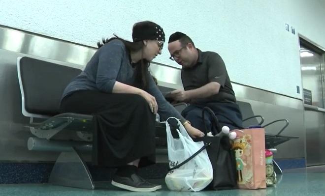 Yossi, Jennie et leur petite fille recalés d'un avion pour une raison très inattendue (vidéo)