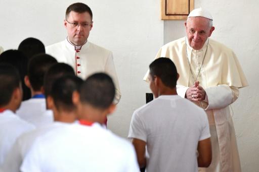 Le pape prend la défense des migrants, le dossier de la pédophilie refait surface